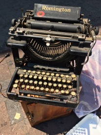 REMINGTON ANTIQUE TYPEWRITER
