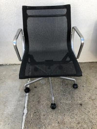 EAMES ALUMINUM GROUP CHAIR